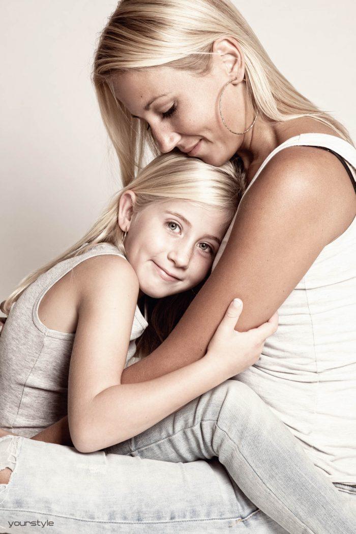 Familieportret van moeder en dochter