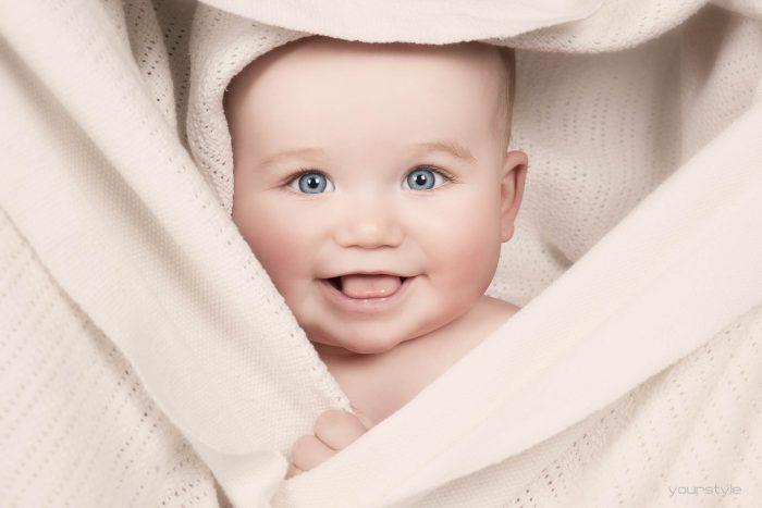 Kidsshoot van een baby in een doek