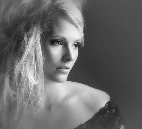 Portretfoto van een vrouw in zwart-wit