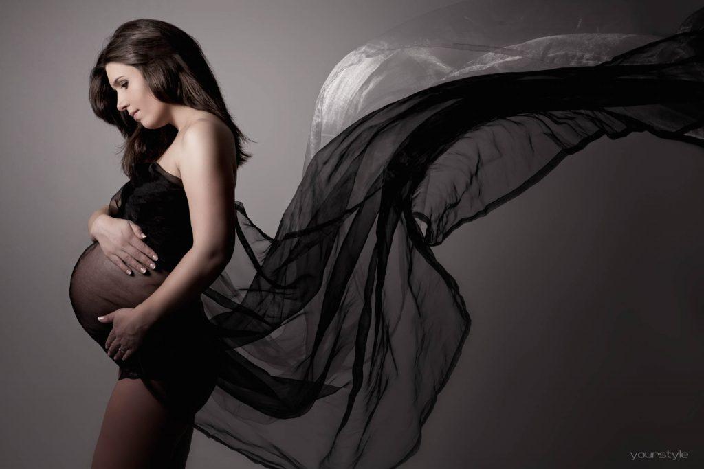 Zwangerschapsshoot met zwart doek
