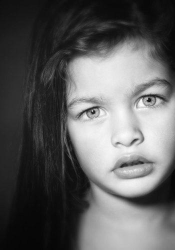 Donkere fotoshoot van een meisje