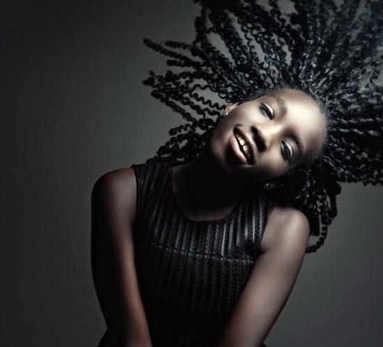 Krachtige portfolio fotoshoot van een donkere vrouw
