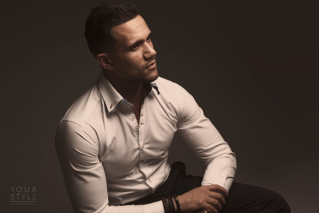 De kleding tijdens een fotoshoot: een portretfoto man in wit overhemd