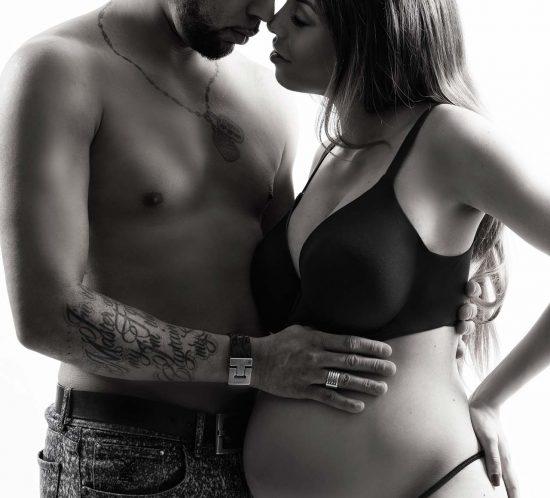 Zwangerschapsstoot in zwart wit met man