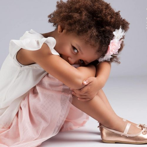 Kinderfotoshoot meisje met afro haar