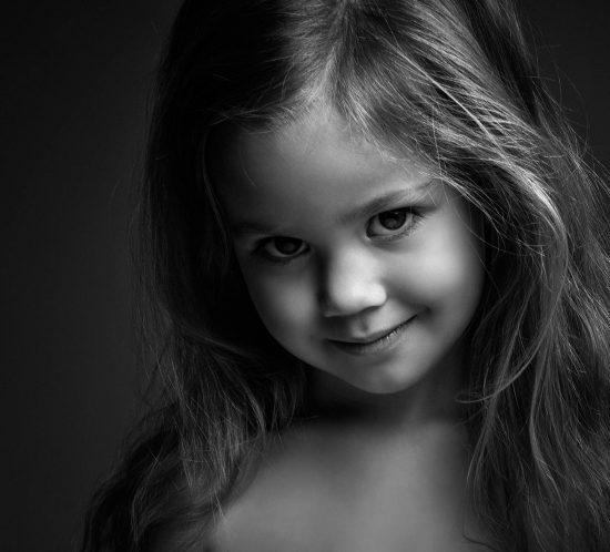 Kinderfotograaf meisje zwart wit