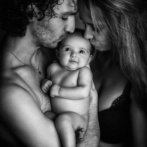 Fotosessie_gezin_met_baby_zwartwit