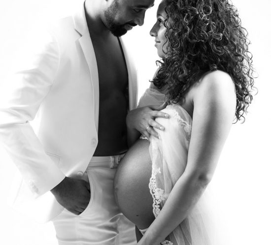 Zwanger met partner zwart wit