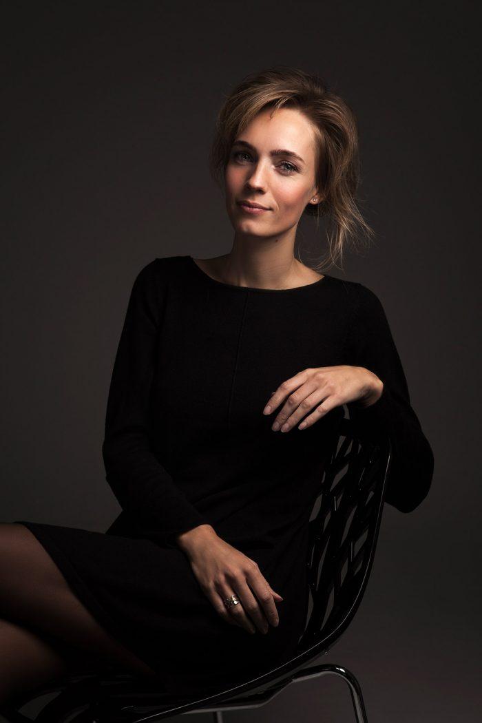 Donkere en stijlvolle portretfoto van een vrouw