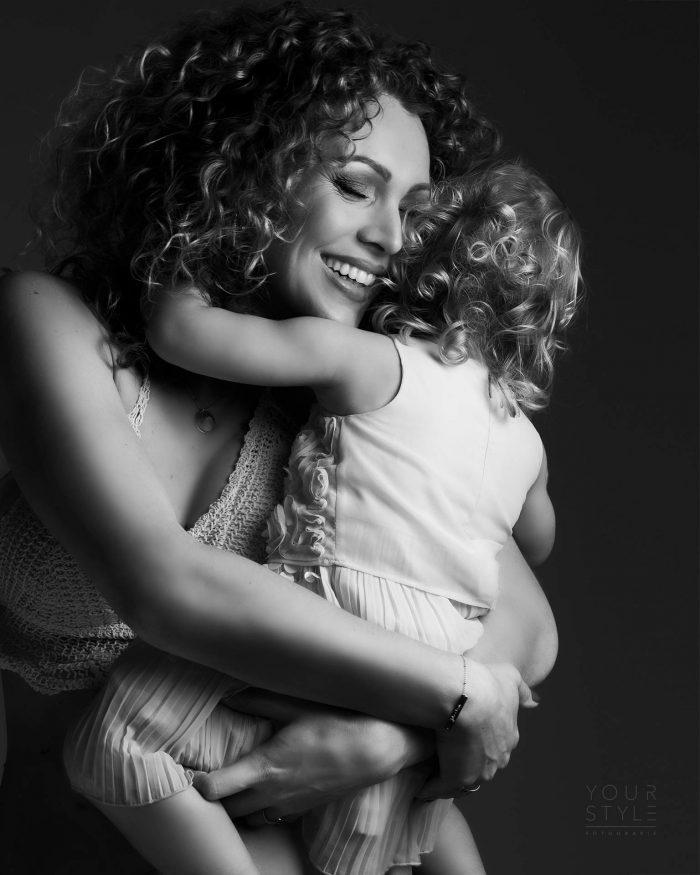 Moeder en dochter fotoshoot in zwart-wit