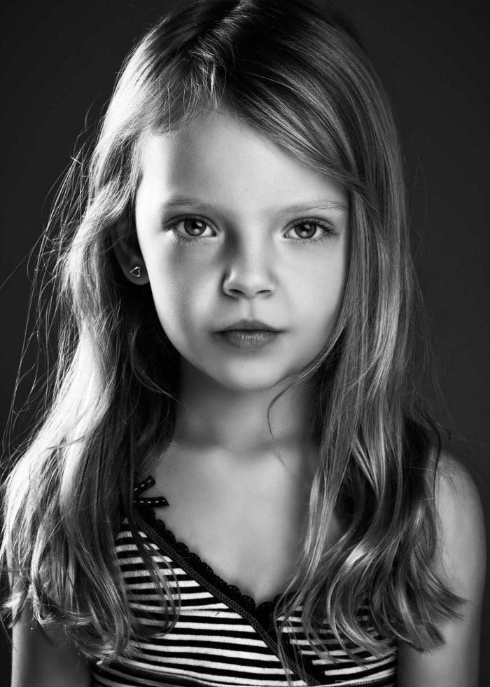 Portretfoto van een meisje in zwart-wit