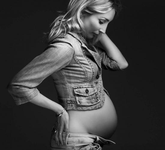 Zwangerschap fotografie in spijkerbroek