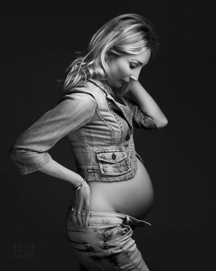 Zwangerschapsfoto in spijkerbroek