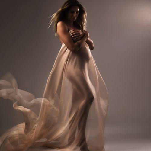 Zwangerschapsshoot met doorschijnend doek