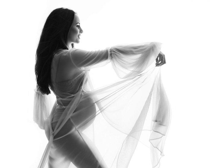 Zwangerschapsfoto met transparante kimono