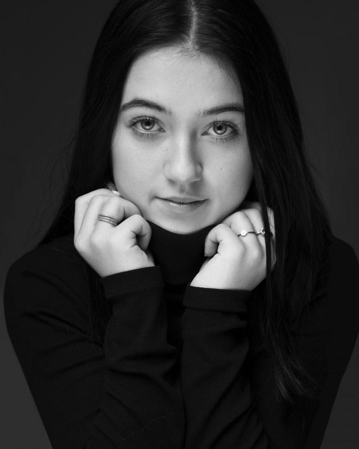 Portret fotoshoot van een tiener in zwart-wit