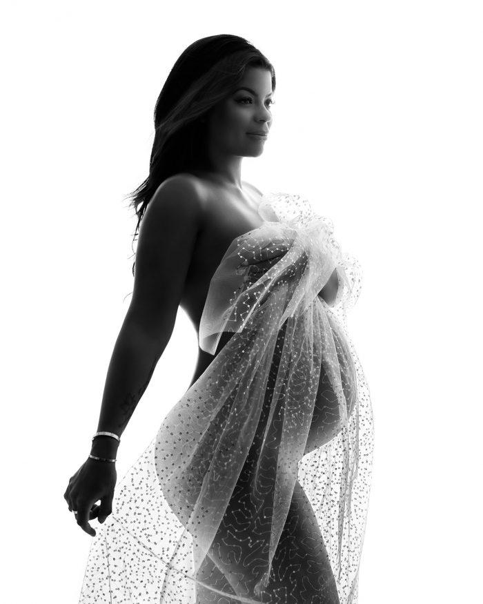Zwangerschapsfotoshoot met een glitter doek
