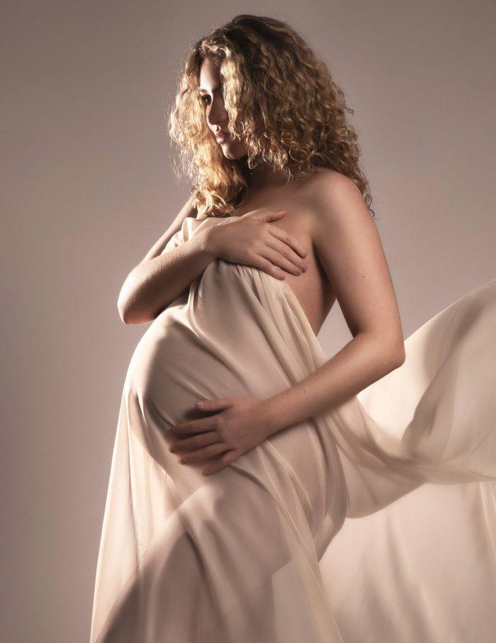 Zwangerschapsfotografie met beige doek
